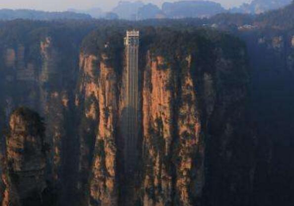世界上最高的户外电梯,张家界百龙天梯(高达335米)