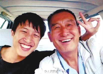 """沈阳""""微笑的哥""""与2万乘客合影 获颁吉尼斯证书"""