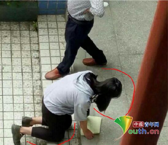 另一名跪在地上的长头发女生
