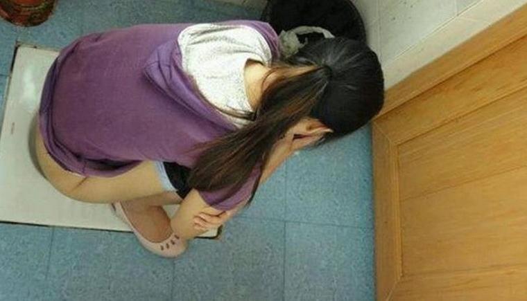 公厕内发现偷拍机 偷拍女子隐私部位好无耻