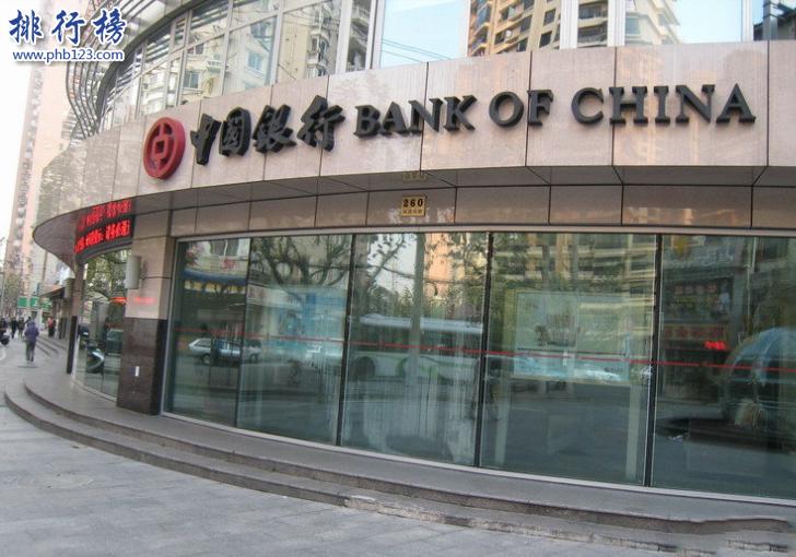 导语:说起四大银行实力每个人都有不同的见解,工行的规模最大农行最方便网点最多,中国银行虽然没什么人气但是服务很好,建设银行的业务还有规模都挺大的,那么到底谁排名第一呢?今天西赤网小编整理了一份四大国有银行实力排名资料,一起来了解一下。    四大国有银行实力排名:中国工商银行、中国建设银行、中国农业银行、中国银行    四、中国银行    董事长:陈四清    成立时间:1912年2月5日    官网:https://www.boc.cn/    企业地址:总部地点北京复兴门内大街1号    中国银行成立于1912年2月,总部位于北京,是一家大型的央企主要经营业务有投资银行、基金、保险、个人金融、国际融资业务等1998年在香港成立了分公司之后又成立了中银基金和航空租赁、中银保险以及消费金融等业务,在全球54个国家还有地区有分部其中包括新加坡、意大利、韩国、肯尼亚、比利时、德国等几百个城市设有分行。2017年英国银行家杂志公布了全球1000家银行的排行数据中国银行排在第4名,在世界500强企业里面中国银行排名第42名,2018年全球品牌排行榜中国银行排名第18位。    三、中国农业银行    成立时间:1951年    董事长:周慕冰    官网:ttp://www.abchina.com    公司地址:北京建国门内大街69号    中国农业银行成立于1951年总部在北京,是一家中央管理的国际银行,中国农行在全国有近25000家分支机构,在全球有1171家分支机构,其中包括新加坡、美国、日本、迪拜、德国等全世界客户群体大概4亿左右,主要你经营业务有信贷、投资、基金、存款、证券等多项金融业务拥有专业的团队和人才提供优质的金融服务,曾获得获评最高级别白金奖、千佳示范单位等几十个奖项,2017年世界500强企业中国农行排名第38位。在四大国有银行实力排名中排第三名。    二、中国建设银行    董事长:田国立    成立时间:1954年10月1日    官网:https://www.ccb.com/    总部地址:总部地点北京金融大街25号    中国建设银行成立于1954年,总部位于北京是一家国有银行,建行主要的经营业务有存款、外汇业、资产管理信用卡等多项服务,在中国香港台湾等地设有分行,还有建信基金、建信人寿、等多家子公司,另外在海外俄罗斯、迪拜、美国、印度尼西亚等十几个国家有分行,曾获得中国最具价值十大品牌奖、中国杰出零售银行奖等几十个奖项,2017年在全球企业500强中排名第28名,在2018年最赚钱的行业中排名第6名。    一、中国工商银行    董事长:易会满    成立时间:1984年1月1日    公司地址:北京复兴门内大街55号    官网:https://www.icbc.com.cn/    中国工商银行成立于1984年总部位于北京,是一家国有企业,主要经营业务有信用卡、电子银行、存款、理财、贷款等多项金融服务,在国内营业网点有22000家,在在全球34个国家设有200多家分行其中包括香港、澳门以及海外加拿大、意大利、巴西、德国等全球有近40万名员工,同时还和1400多个银行建立了代理关系形成了跨越5个洲的大型国际银行,曾获得中国最佳电子银行奖、2017年中国500强企业数据显示中国工商排名第7位,成为了四大国有银行实力排名最强的一个。    结语:以上就是西赤网小编盘点的四大国有银行实力排名,其中中国工商银行排名第一根据2018年银行品牌价值排行榜500强中国工商排名第一品牌价值达591.89亿美元。