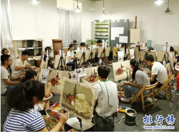 导语:北京有很多美术培训院校,让人看得眼花缭乱不知道该如何选择,导致上万的学子找不到合适的艺术培训机构以至于成绩相差很大,错过了被清华或者央美录取的机会,下面西赤网小编整理了北京十大画室,这些画室都是非常优秀的帮助大家找到最理想的画室。    北京十大画室    1.巅峰广艺画室    2.清美直通画室    3.零一零画室    4.万向画室    5.秋水画室    6.艺捷画室    7.小泽画室    8.金辰画室    9.栾树画室    10.北京非凡画室    十、北京非凡画室    官网:https://www.feifanhuashi.com/    地址:北京市朝阳区水郡长安别墅1号院甲25号楼    北京非凡画室成立于1999年已经有17年的历史了,是北京升学率最高的一个画室曾经这里被评选为清华美院,有150人在清华过线,这里是当之无愧的状元孵化器成为最有实力的学校。    九、栾树画室    官网:https://www.luanshuart.com/    地址:北京市通州区宋庄尚堡E座栾树画室    栾树画室位于北京市朝阳区花家地街花家地商业1号楼这里拥有强大的师资力量,老师上课思路清晰人比较负责任,讲的非常的细致,培养了很多优秀的学子。    八、金辰画室    网址:https://www.jinchenhuashi.com/    地址:北京顺义区高丽营镇天北路8号    金辰画室是中国知名的品牌画室,老师比较负责任求精务实的办学理念,成为了很多学子艺术梦想的起点,打造了中考、高考、考研等全方面为一体的培训机构,这么多年来一直被评选为北京十大优秀画室之一。    七、小泽画室    官网:https://www.xiaozehuashi.com/    地址:北京市通州区宋庄镇富豪工业区101号    小泽画室创立于2003年是北京的一家专业的美术培训机构,是升学率最高的一个画室,这里的老师对学生认真负责,受到家长和学生的信任,受到业界的好评不断。    六、艺捷画室    地址:酒仙桥北路东口五环7号    北京艺捷画室成立于1999年是刘人郡老师创办的,并且组建了中央美院还有研究生等具有强大的教师团队,被评选为中国最有影响力教育品牌,科学管理制度,浓厚有趣的学习氛围受到很多学生的好评。    五、秋水画室    官网:https://qiushuihuashi.com/    地址:绿茵花园别墅如茵38号    北京秋水画室成立于2006年是一家专业的艺术培训机构,为学员提供个性化的学习方案,帮助学生考取理想的学校,这里培养了很多的优秀学子。这里的老师都是中央美院、清华大学毕业的名校师资力量,2014年组建了美术零基础学习只需要70天就可与拿到大学通知书。    四、万向画室    官网:https://wanxiangmeishu.com/    地址:北京市朝阳区来广营西路    万向画室是一家知名的画室,这里培养了很多优秀的艺术学子,老师针对学生定制合适的学习方案让学生能够考取理想的院校,另外还开设了文化课程使学生能够兼顾文化科从而打下坚实的基础。    三、零一零画室    官网:https://www.010huashi.com/    地址:北京市通州区新华南路39号    零一零画室成立于2000年是一家专业的综合教育机构,根据数据显示2005年本校考入清华大学的有88个人考进中央美术学院的有66人,北京服装学院的有190人左右,从数据来看学校师资力量强大,有着丰富的教学机构和团队。    二、清美直通画室    官网:https://www.qingmei100.com/    地址:北京朝阳区东四环化工路垡头南里9号院    清美直通画室成立于2007年,只培养清华的学子,被评选为中国清华艺考第一品牌,独创了高端美术培训模块化定制教学体系,针对每位学员制定不同的教学计划将几万人成功送入清华为祖国培养了很多艺术天才。    一、巅峰广艺画室    官网:https://www.siweihuashi.com/    地址:北京市通州区宋庄小堡365号    巅峰广艺画室拥有强大的教学团队,是一个非常有实力的艺术培训院校,目前该校本科生过线率超过95%以上,基本上每个学员可以拿到2个大学专业的合格证,学校有100名学生,清华过线的有24个人,培养了很多状元学子,成为家长和学生都信赖的实力名校。    结语:以上就是西赤网小编为大家盘点的北京十大画室,这些画室都是比较优秀的名校培养了很多清华、中央美术学院的优秀学子受到很多学生和家长的好评。