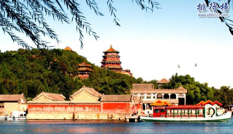 导语:中国的园林拥有浓厚的古典艺术气息,是自然风光和古典建筑的完美结合实中国园林的代表,那么你知道中国有哪些知名的园林吗?今天西赤网小编为大家盘点了中国四大名园,一起来感受一下中国园林文化的意境吧!    中国四大名园:颐和园、拙政园、避暑山庄、留园    四、留园    留园位于苏州是明万历年间太仆徐泰时建园为东园后来到清朝时期又改名为留园,占地面积30多亩,比较有特色的三绝是冠云峰、鱼化石、幽谷明月图等另外有明瑟楼、曲溪楼、远翠阁等38处著名建筑物这些建筑物风格独特自然精湛的艺术享誉海内外,风景迷人的园林美景加上浓厚的古典气息,重先修剪后更加的富丽堂皇。    三、承德避暑山庄    避暑山庄位于河北承德市在中国四大名园中是现存最大的一个园林,占地面积约565万平方米比北京颐和园都要大很多,雄伟壮观的园林美景吸引了不少外地游客,这里的园林最大的看点在于山中有园,主要的建筑有松鹤斋、正宫、凉亭、寺庙等建筑,夏天的时候可以在这里避暑游玩会特别的有意思,这里还有一些特色小吃驴打滚、烙糕、煎饼盒子等。    二、拙政园    拙政园位于苏州,建立于明正德年间是江南古典园林的代表,占地面积约78亩园内风景迷人山水环绕花草茂盛具有浓厚的水乡气息。去拙政园不可错过的景点有东花园、天泉亭、松风水阁、听雨轩等多个景点非常有特色,另外园内还修建了博物馆是中国唯一一个园林和博物馆结合的景点现在已经被列入国家重点文物保护单位。    一、颐和园    颐和园是清朝乾隆时期的皇家园林,位于北京占地290公顷和拙政园、避暑山庄、留园被称为中国四大名园,也是中国保存完好的一座皇家宫殿,当时乾隆皇帝为了孝顺母亲花了大量财力修建清漪园后来在英国和法国联合销毁,光绪十四年又重现修建改名为颐和园,可是后来八国联军攻打清朝最后灭亡所有珠宝被洗劫一空。1902年慈禧太后又翻修恢复。    颐和园著名景点有万寿山、玉澜堂、昆明湖、清晏舫等多个旅游景点另外颐和园还藏着很多文物如瓷器、铜器、乐器等蕴含中国文化的国宝级文物。    结语:以上就是西赤网小编为大家盘点的中国四大名园,这些具有浓郁气息的古典建筑名园成为了中国园林的代表,经过重新翻修之后依然那么的富丽堂皇。